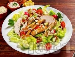 Салата Цезар с пилешки гърди, чери домати и майонезен дресинг - снимка на рецептата